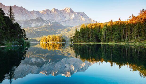Der Eibsee liegt 9 km südwestlich von Garmisch-Partenkirchen entfernt
