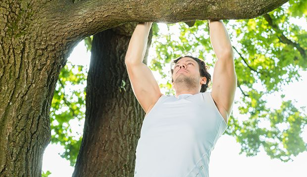 Der Klimmzug am Ast gehört zu den Klassikern unter den Outdoor-Fitness-Übungen