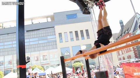 """Der Norweger Lasse Tufte präsentiert am Reck eine """"Explosove Muscle Combo"""", """"L-Sit Turns"""", einen """"Shoulderstand"""" und """"Back lever Off Shoulderstand. An der Klimmzugstange dreht Tufte mit seinen """"Elbow Spins"""" völlig durch."""