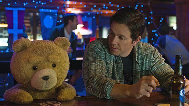 """Der Problembär pöbelt wieder: Der sprechende Plüschteddy darf in """"Ted 2"""" weiter fluchen, saufen und Sprüche klopfen. Dafür will er auch noch offiziell als Mensch anerkannt werden. Warum eigentlich nicht?"""