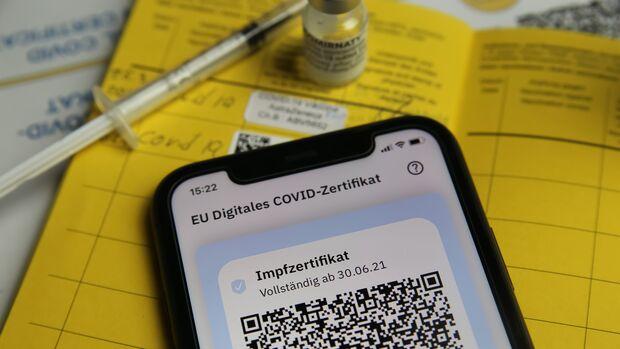 Der QR-Code im digitalen Impfpass weist EU-weit deine Impfung nach, aber auch der gelbe Impfass bleibt gültig