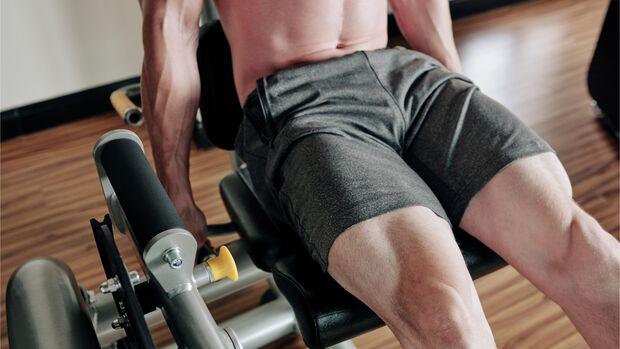 Der Quadrizeps wird vor allem bei Übungen wie dem Beinstrecken beansprucht