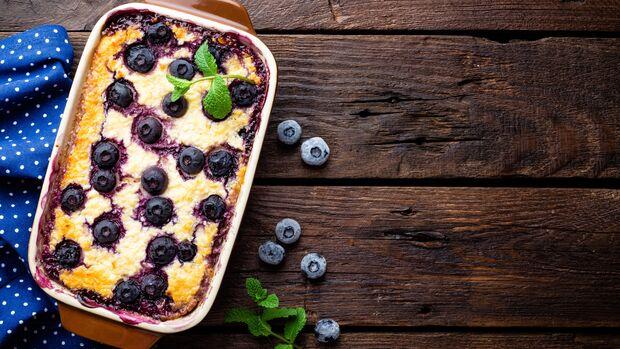Der Quarkauflauf mit Beeren enthält nicht nur viel Protein, er schmeckt auch lecker fruchtig