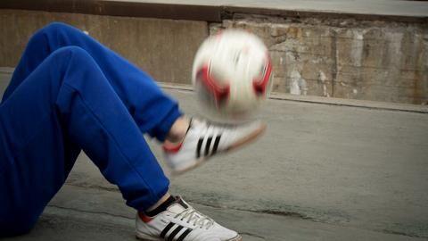 Der Trick zeigt: Fußball kann man auch im Sitzen spielen. Der Fußball-Freestyler Florian Halimi erklärt Ihnen, wie Sie den Ball flach halten und dabei eine gute Figur machen. Video an und aufgepasst