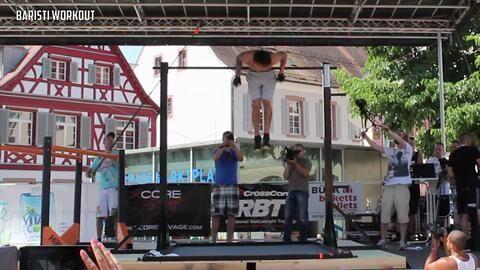 "Der amerikanische Bar-Athlet Christian Heria performt unter anderem ""Front Lever Muscle-Ups"", ""German Hang Back Lever Raises"", ""Bent Arm Planches"" und am Reck ""Explosive Muscle-Ups""."