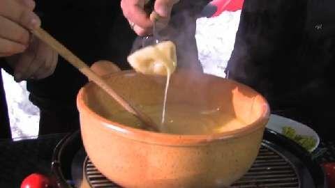 Die BBQ Brothers bereiten Käsefondue nach traditionell Schweizer Art auf dem Grill zu
