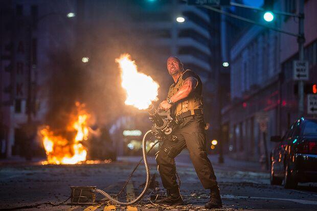 """Die Darstellerliste liest sich wie ein """"Who-is-Who"""" des Actionkinos: Auch Action-Star Dwayne Johnson darf ordentlich rumballern"""