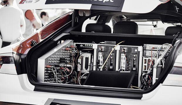 Die Elektronik der Rechner verarbeite Daten und Sensoren in Echtzeit und müssen wegen der Größe noch im Kofferraum Platz nehmen. Wie hier im Audi Modell R7.