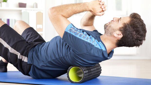 Die Faszienrolle (alias Blackroll, Foam Roller oder Massagerolle) soll Muskeln mobilisieren und regenerieren