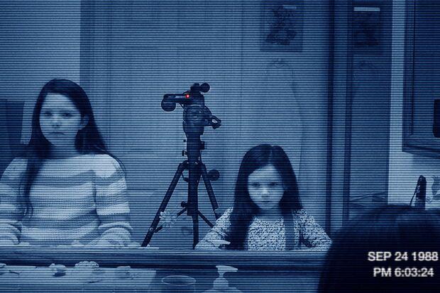 Die Schwestern Katie (Chloe Csengery, links) und Kristi (Jessica Tyler Brown) werden wieder von Dämonen heimgesucht