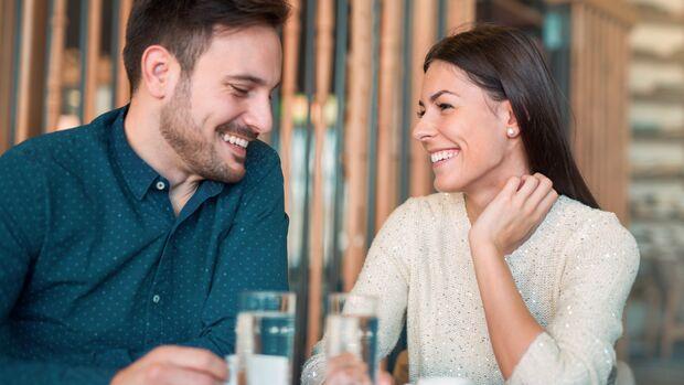 Die Suche nach Augenkontakt kann ein Signal sein, dass eine Frau an dir interessiert ist