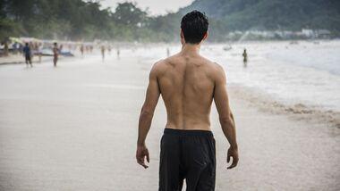 Die besten Methoden gegen Rückenhaare