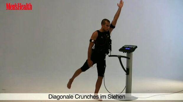 Die elektrische Muskelstimulation (EMS) kommt aus der Physiotherapie, wird heute aber auch verstärkt im Kraftsport eingesetzt. Diagonale Crunches im Stehen trainieren vor allem die schrägen Bauchmuskeln.<br /> 2 Sätze, jeweils 5 Wiederholungen pro Bein