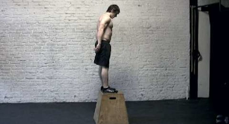 Die explosiven Kastensprünge verbessern die Bein-Maximalkraft<br /> <br /> a) Etwa 30 Zentimeter vor einer Holzbox (Höhe: 60 Zentimeter) aufstellen. Beine leicht beugen. Arme nach hinten nehmen. Beim Absprung Arme nach vorn oben schwingen.<br /> b) Mit beiden Füßen auf der Box landen, Hüfte strecken, gerade stehen. Aus dieser Position zurückspringen. Dann schnell wieder abdrücken.