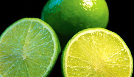 Die grasgrüne Limette sieht aus wie eine kleine Zitrone