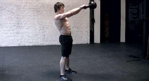 Die ideale Kraftausdauer-Übung für Rumpf, Rücken und Beine.<br /> a) Beidhändig Kugelhantel greifen, Po nach hinten schieben, Beine beugen, Gewicht auf Fersen verlagern. Rücken gerade, Unterarme streifen Schenkel.<br /> b) Hüfte explosiv nach vorn drücken. Arme dabei lang lassen und Kugelhantel auf Schulterhöhe schwingen. Abwärts Knie wieder beugen, Hüfte nach hinten bringen.
