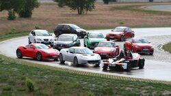 Die zehn Testautos sammeln sich
