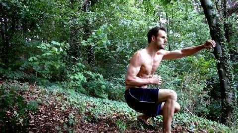 Diese Kampf-Choreografie resultiert aus komplexen Bewegungsabläufen, die vor allem Körperspannung und Kondition verbessern.