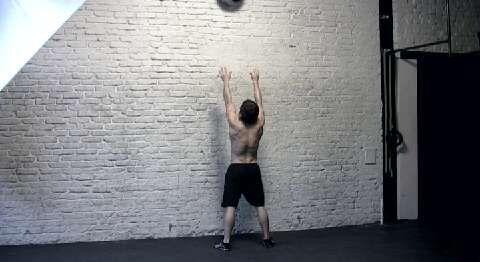 Diese dynamische Kniebeuge-Variante ist ein Kalorienkiller.<br /> a) Vor einer Wand Medizinball (9 Kilo) auf Kopfhöhe halten. Beine schulterbreit, Fußspitzen nach außen, Gewicht auf Fersen. Oberkörper senken, bis Hüfte unterhalb der Knie liegt. Die Ellbogenspitzen heben, verhindert Rundrücken.<br /> b) Körper strecken, Ball auf 3 Meter Höhe an die Wand werfen. Fangen, zurück in die Hocke gehen.