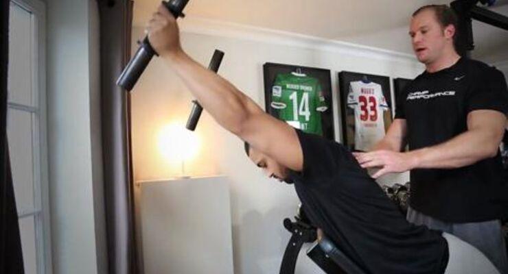 Discopumper aufgepasst: Men's Health Fitness-Experte Moritz Klatten zeigt euch im Video, wie ihr auch den unteren Teil des Trapezmuskels gezielt trainiert