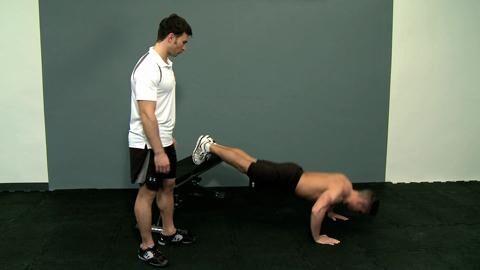 Dr. Bizeps erklärt im Video, mit welchem Dreh Sie die Übung leichter oder schwerer gestalten.