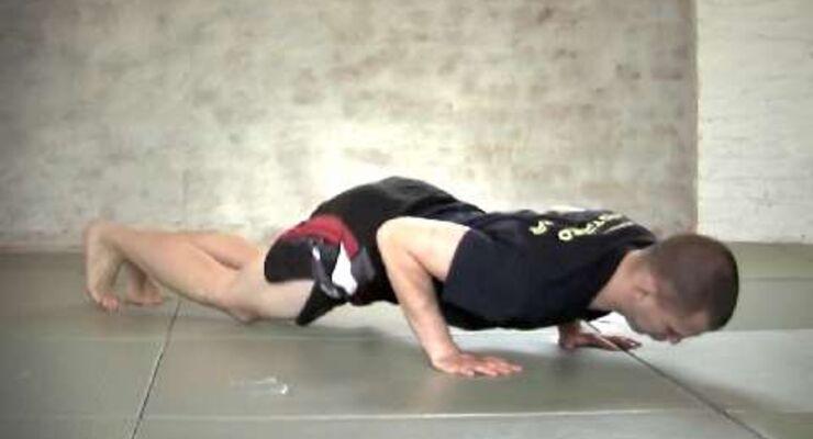 Dynamische Form der tiefen Liegestütze, die zusätzlich Beine und Rumpf fordert