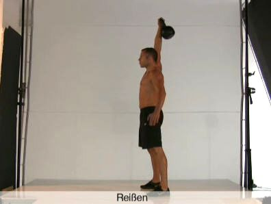 Dynamische Übung mit Schwungeinsatz: Beansprucht in erster Linie Rumpf, hintere Oberschenkel und die gesamte Rückenmuskulatur, aber auch Bizeps und Schultern.