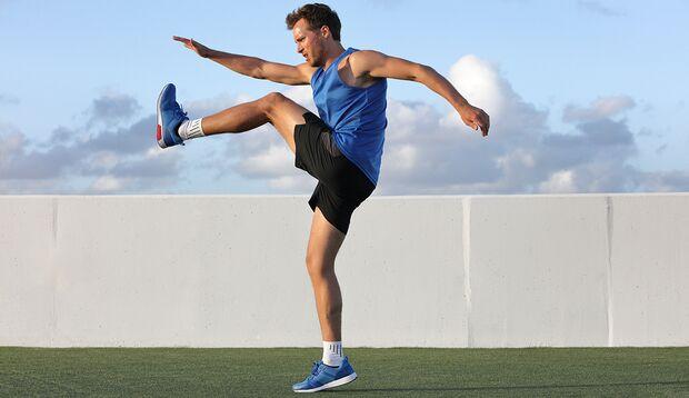 Dynamisches Dehnen hilft, die aktive Mobilität zu vergrößern.