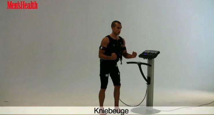 EMS-Training: Kniebeugen mit gehobenen Armen trainieren in erster Linie die geraden Bauchmuskeln.<br /> <br /> 2 Sätze, jeweils 10 Wiederholungen