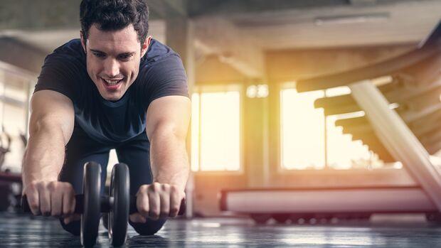 Ein Bauchroller oder Ab Roller trainiert nicht nur deine Bauchmuskeln
