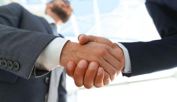 Ein Handschlag genügt, um Erkältungsviren zu übertragen