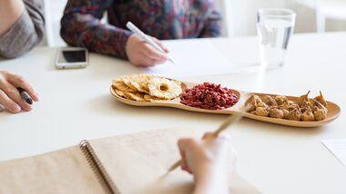 Ein Meeting mit gesunden Snacks verspricht produktiv zu werden