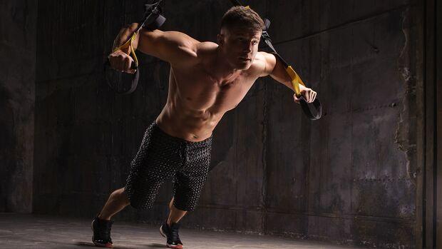 Ein Schlingen- oder Suspension-Trainer ist perfekt fürs Home-Gym, da er nicht viel Platz