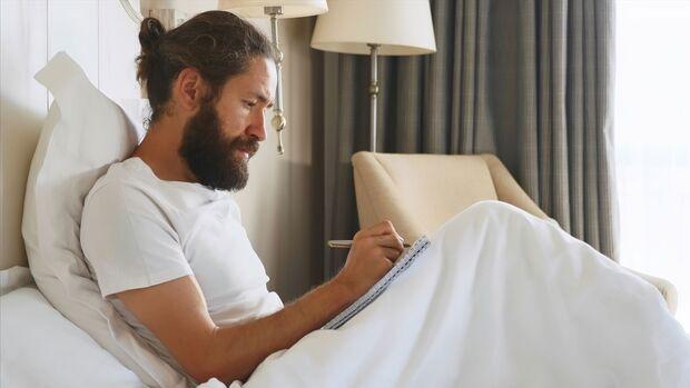 Ein Schmerztagebuch zu führen kann helfen, die Ursache für Sexualkopfschmerzen zu finden