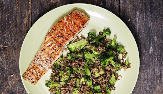 Ein gesundes Slow Carb-Mittagessen: Lachs mit braunem Reis und Gemüse