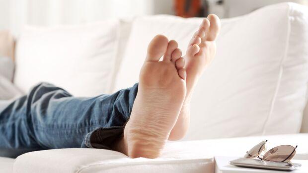 Ein verstauchter Knöchel sollte so lang wie möglich hoch gelagert werden.