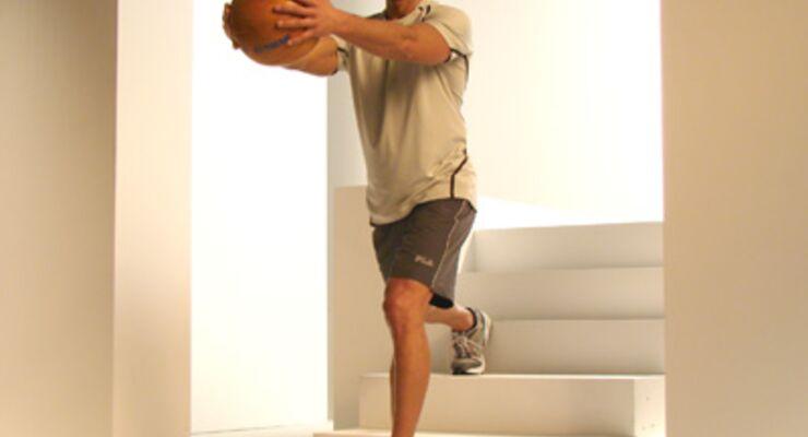 Einbeinige Kniebeuge mit Medizinball trainieren die Oberschenkel un den großen Gesäßmuskel.<br /> 2 bis 3 Sätze, je 10 bis 15 Wiederholungen pro Bein