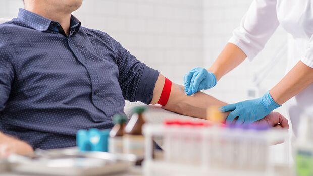 Eine Blutspende dauert insgesamt mit ärztlicher Untersuchung und Ruhepause zirka 1 Stunde.
