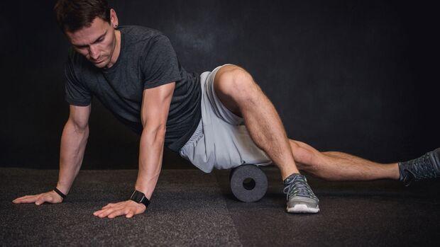 Eine Fazientherapie mit einer Blackroll hilft, Muskelverhärtungen zu lösen