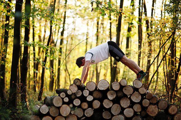Eine Menge Holz: Outdoor-Fitness trainiert Ihre Koordination, Balance, Kraft – und das Immunsystem