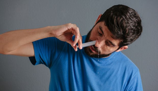 Eine Nasendusche hilft gegen zu trockene Nasenschleimhaut
