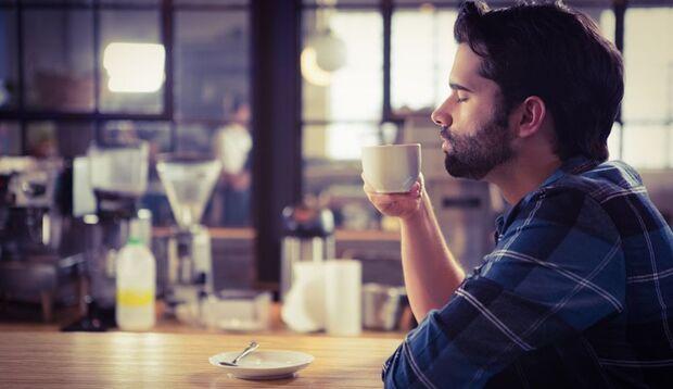 Eine Tasse Kaffee kann die Kopfschmerzen lindern und macht wach