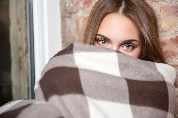 Eine fröstelnde Frau kann nicht entspannen. Hat sie es warm, wird es eher heiß im Bett