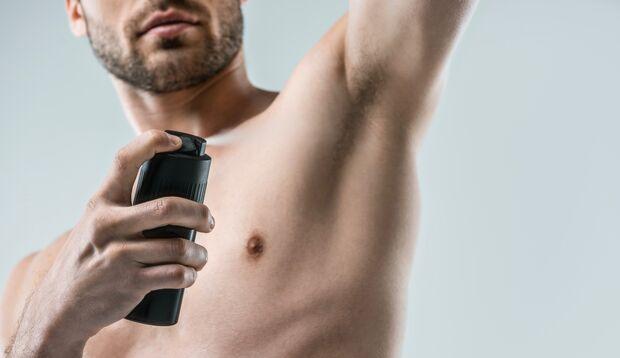 Eine gründliche Körperhygiene hilft, damit Schweißgeruch erst gar nicht entsteht