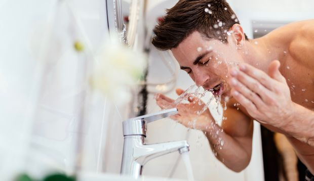 Eine gründliche Reinigung hilft, damit die Schweißdrüsen nicht verstopfen
