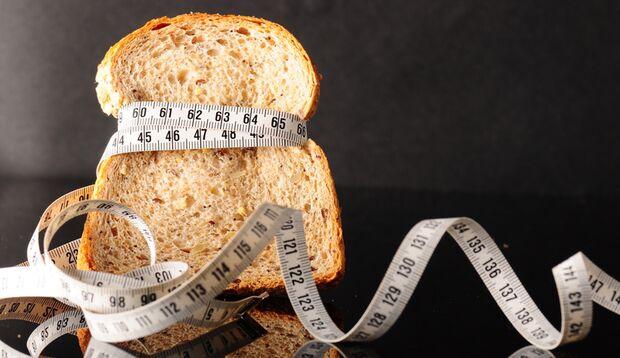 Eiweißbrot enthält jede Menge Fett, aber wenig Kohlenhydrate