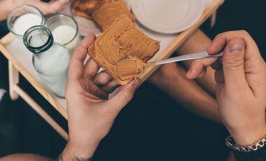 Erdnussbutter kannst du gerne öfter essen – sie ist gesund
