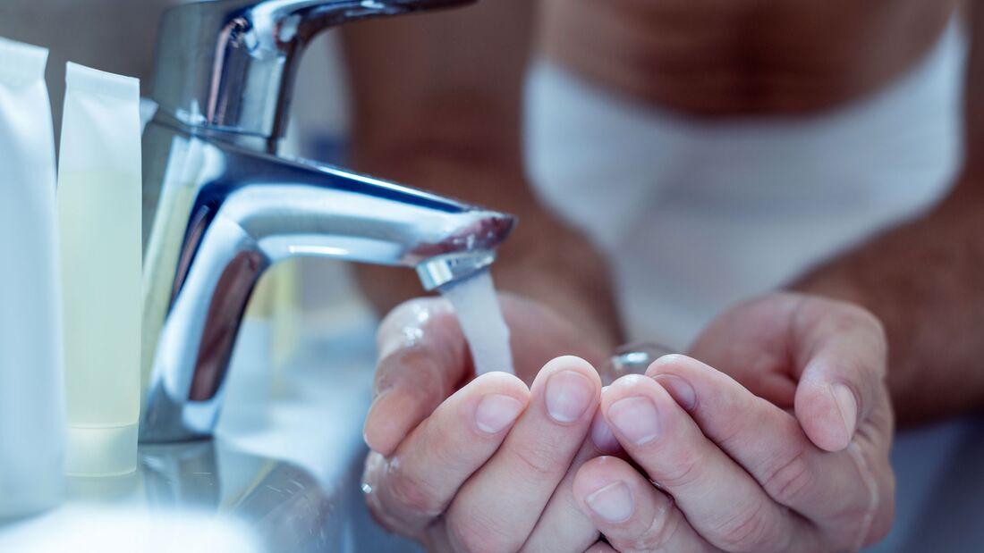 Erkältungsviren werden meist über die Hände übertragen. Um sich nicht anzustecken, sollten Sie Ihre Hände regelmäßig richtig waschen