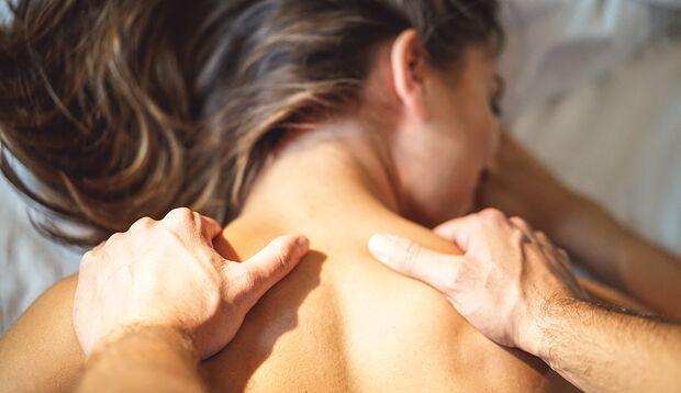 Erotische Massage: Massieren Sie den Nacken und Rücken mit beiden Händen