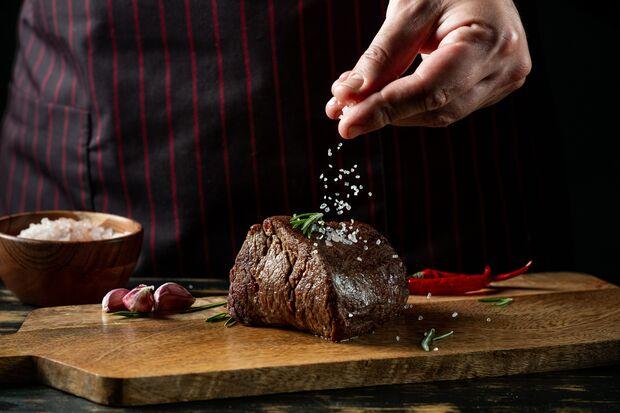 Es gibt 3 ideale Zeitpunkte, um das Fleisch zu salzen